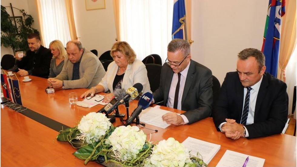 Župan Koren potpisao ugovore za energetsku obnovu škola i nabavu medicinske opreme